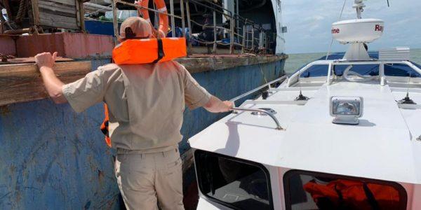 На Кубани пограничники помогли доставить с танкера на берег моряка с инсультом