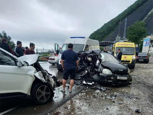 В Туапсинском районе в жестком ДТП на встречке погиб водитель иномарки