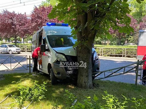 В ДТП с машиной скорой помощи в Краснодаре пострадал 25-летний фельдшер