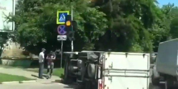 В Краснодаре грузовик опрокинулся на пешеходный переход после ДТП с легковушкой