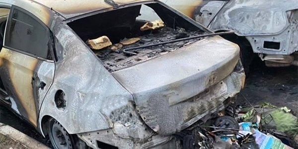 В Краснодаре ночью на парковке сгорели две иномарки