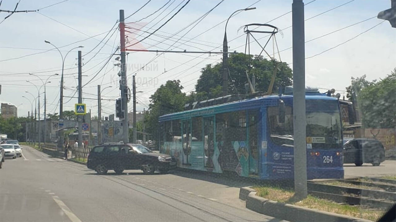 В Краснодаре на одном участке улицы Колхозной произошло два ДТП с трамваями