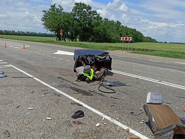 На Кубани в аварии легковушку разорвало на части, погиб пожилой мужчина