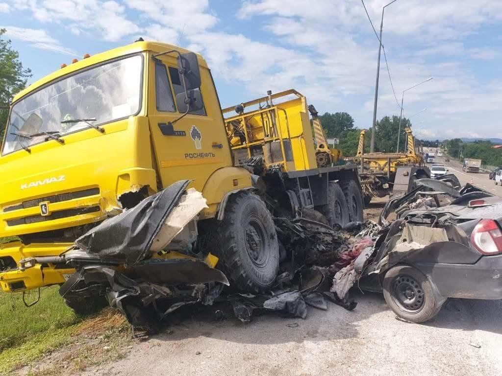 На Кубани в жестком ДТП с КамАЗом погиб водитель иномарки