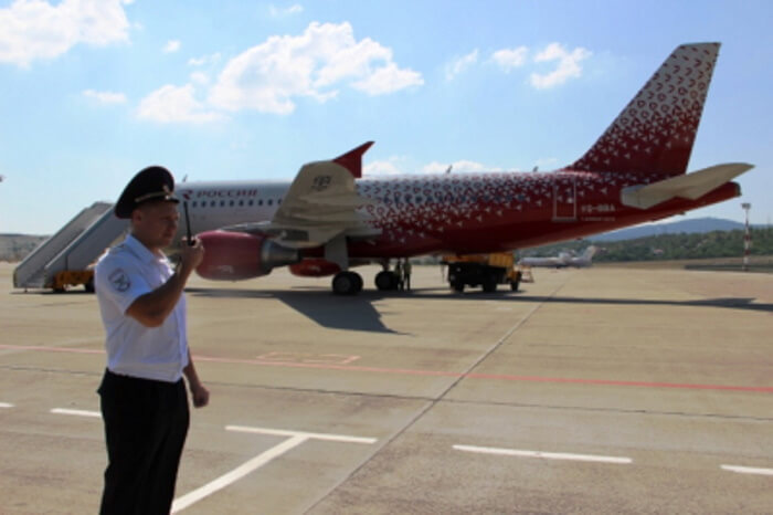 В Геленджике дебошир в самолете обругал пассажиров и улегся на три кресла