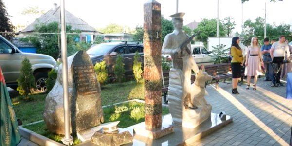 В Мостовском районе установили скульптуру «Воину-пограничнику»