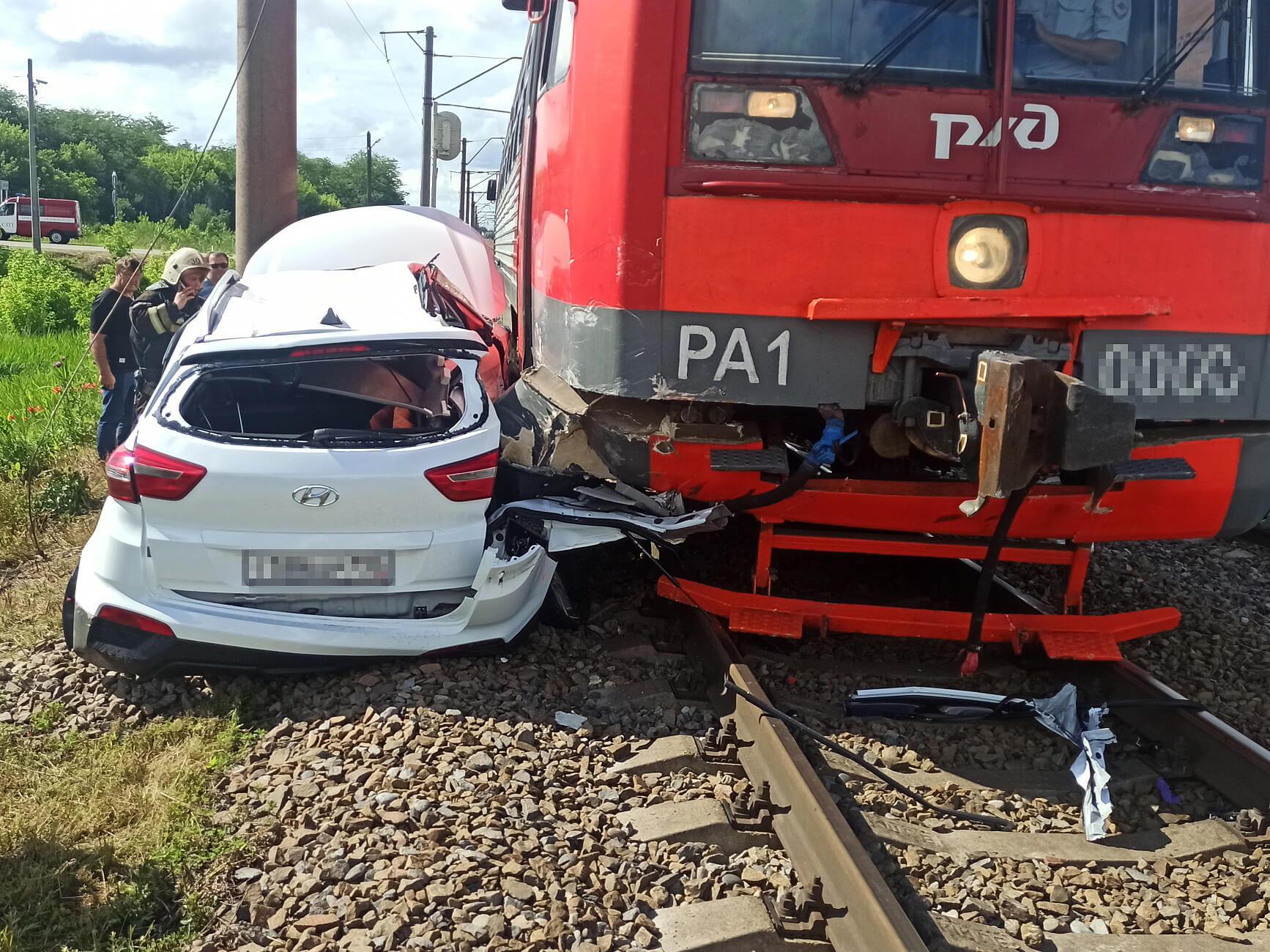 На Кубани поезд протаранил иномарку и 20 метров тащил ее по путям