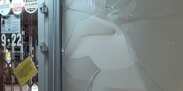 В Краснодаре пьяный мужчина ночью разбил молотком окно в алкогольном магазине
