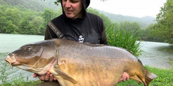 Рыбак из Новороссийска поймал гигантского карпа весом почти 32 кг