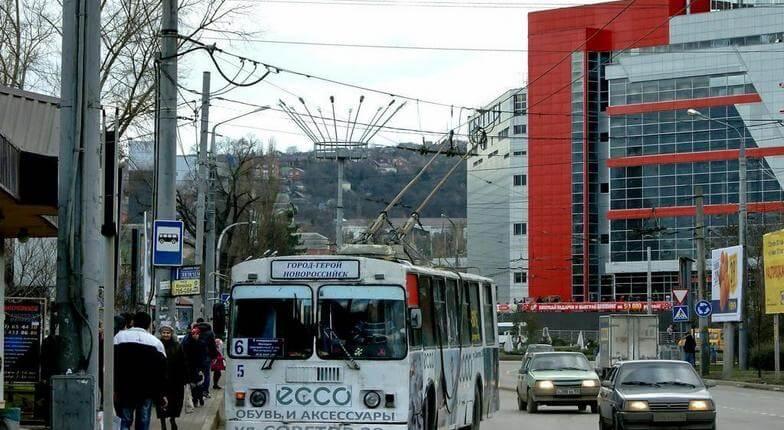 В Новороссийске мужчина в форме охранника силой вытащил школьницу из троллейбуса