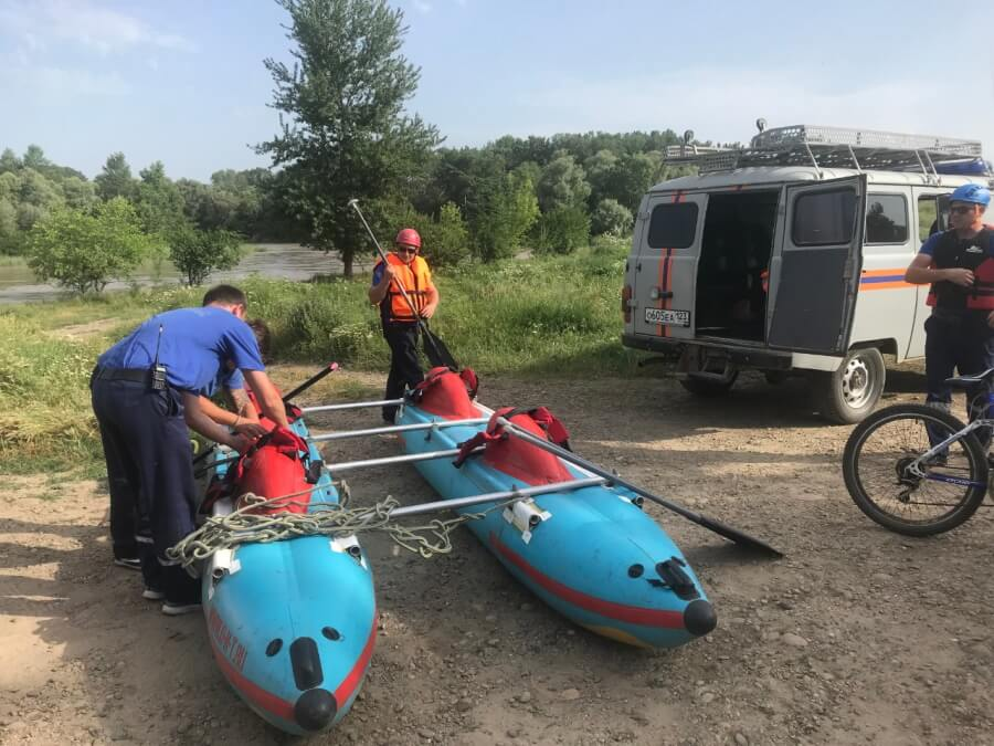 На Кубани унесенную течением реки девочку ищут 93 человека