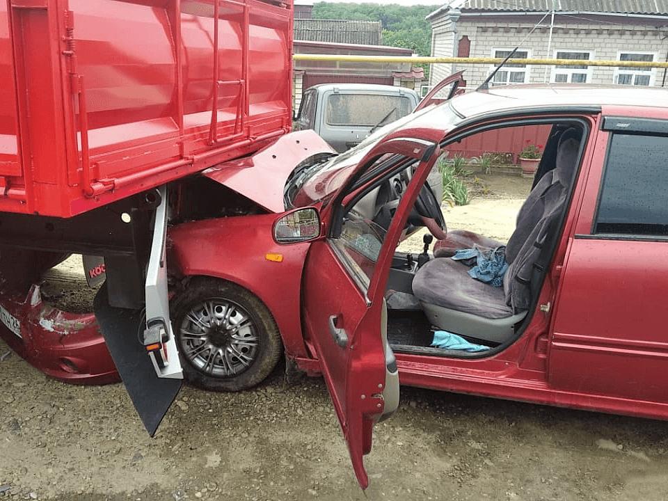На Кубани легковушка врезалась в припаркованный грузовик, пострадали 2 человека