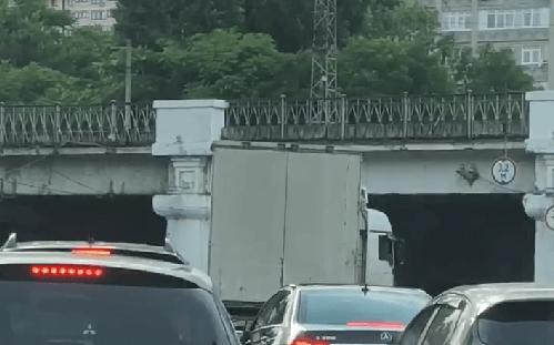 В Краснодаре под «мостом глупости» застряла очередная фура