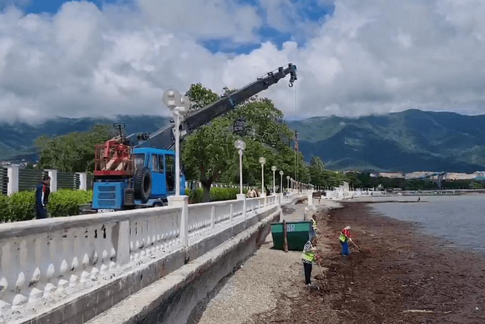 В Геленджике после шторма к берегу прибило «пятно» мусора