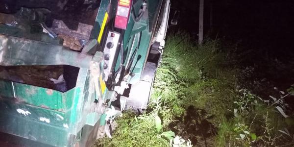 В Сочи спасатели в темноте вытащили зависший над обрывом мусоровоз