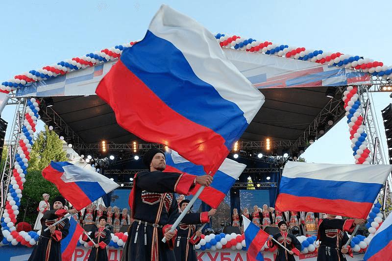 Кубань отметит День России фестивалем граффити и полетами парапланов с флагами