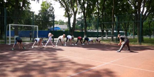 В городской роще Армавира жителей на спортплощадке начал консультировать тренер