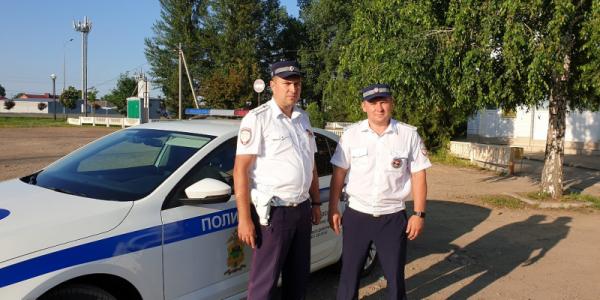 На Кубани инспекторы ДПС экстренно сопроводили в больницу машину с роженицей