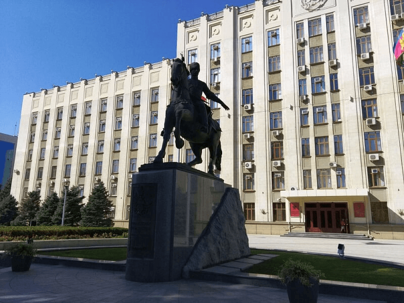 В Краснодаре оголившемуся на памятнике казачеству мужчине дали два года условно