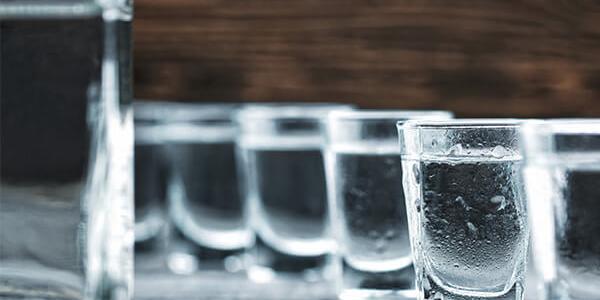 В России незаконные продавцы алкоголя чаще всего торгуют водкой