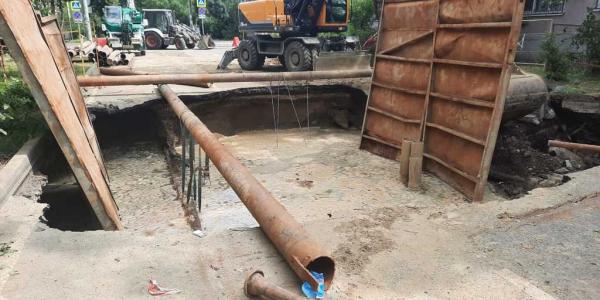В Краснодаре на улице Южной обвалился асфальт из-за прорыва канализации