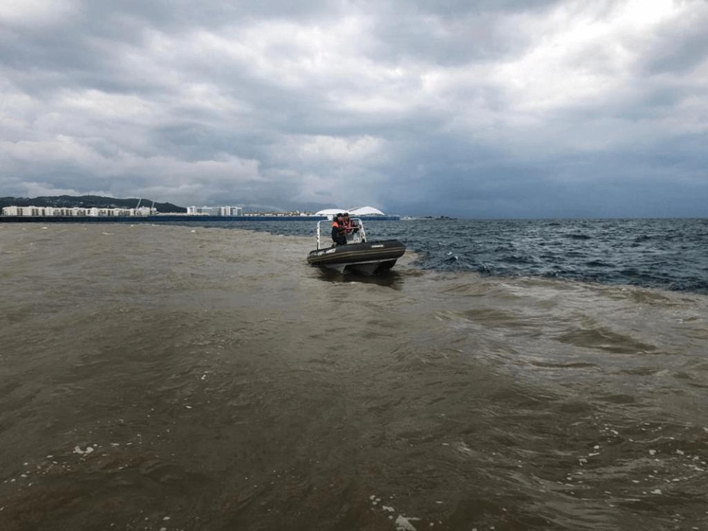 В Сочи спасатели третий день ищут парня, пропавшего в море