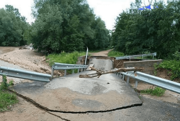 В Мостовском районе после сильных дождей частично обрушился мост