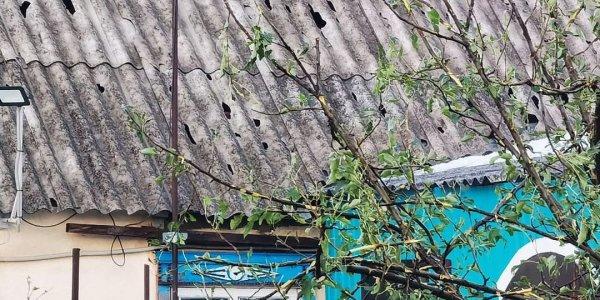 В Павловском районе град с грецкий орех повредил крыши домов, школы и детсада