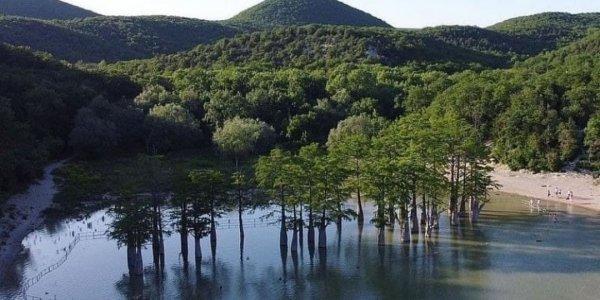 В минприроды попросили туристов не перелазить через заборы у Кипарисового озера