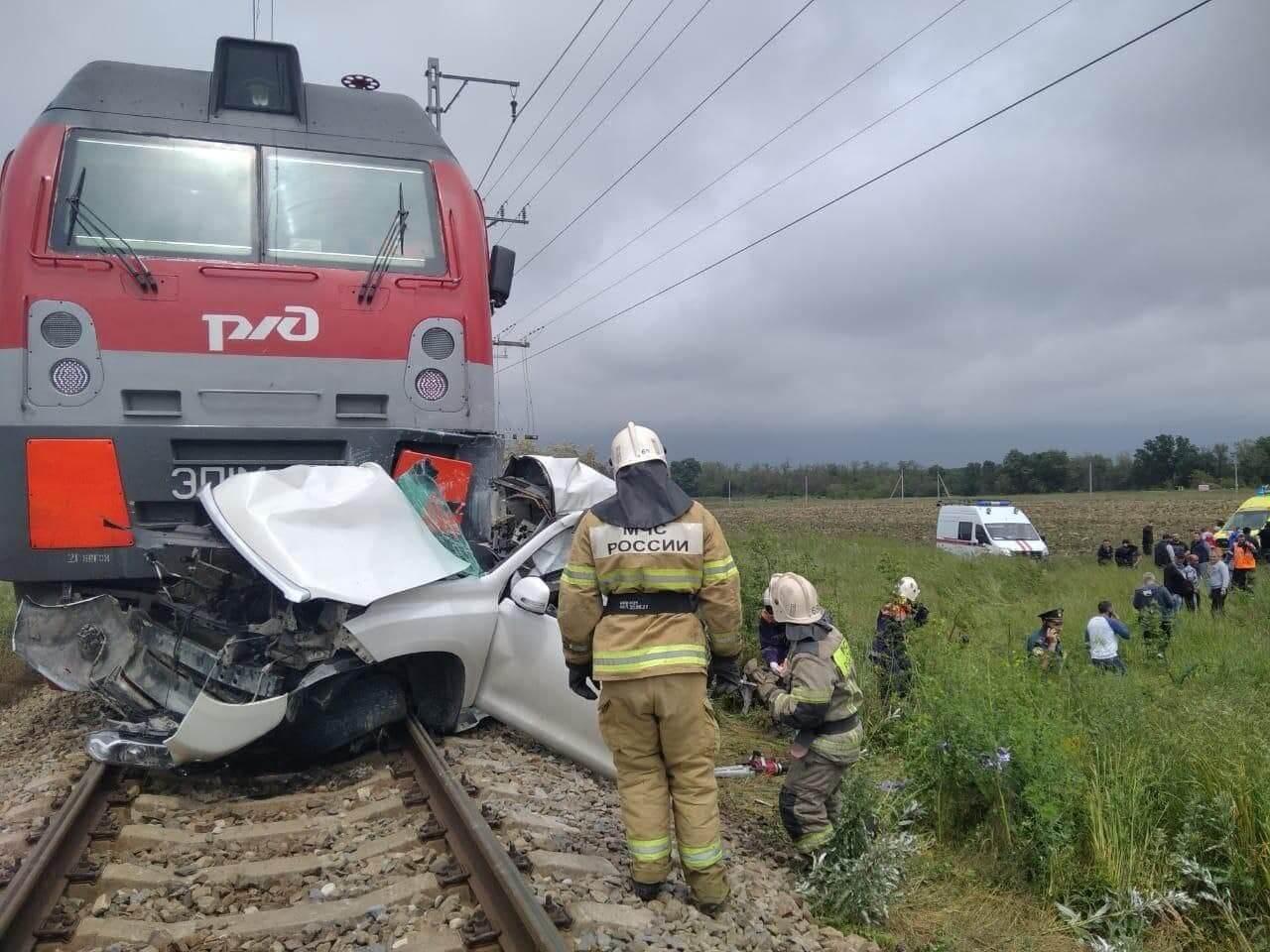 В Анапе поезд на переезде протаранил легковушку, два человека погибли