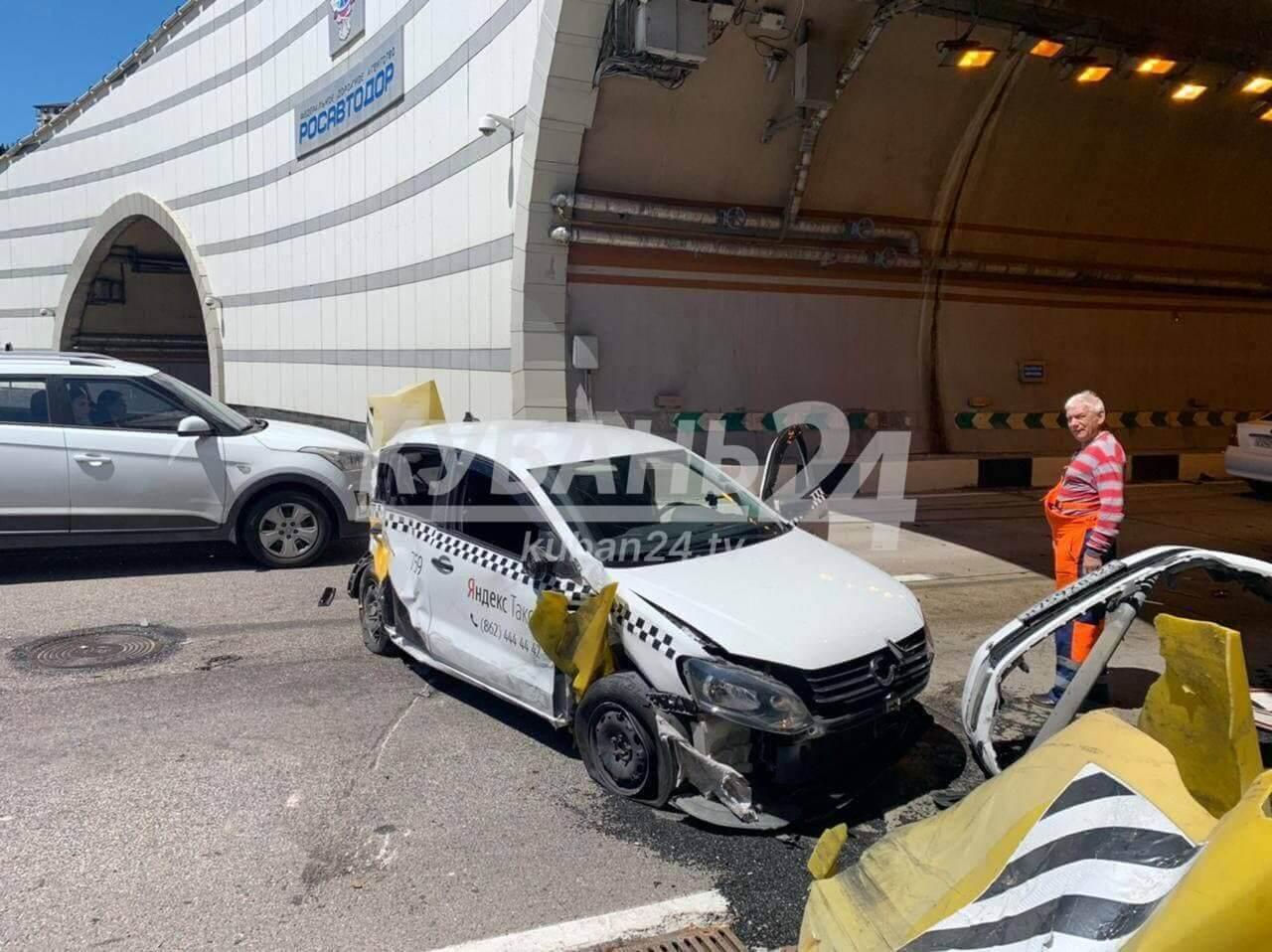 В Сочи перед тоннелем в ДТП попала машина такси, в ней зажало водителя