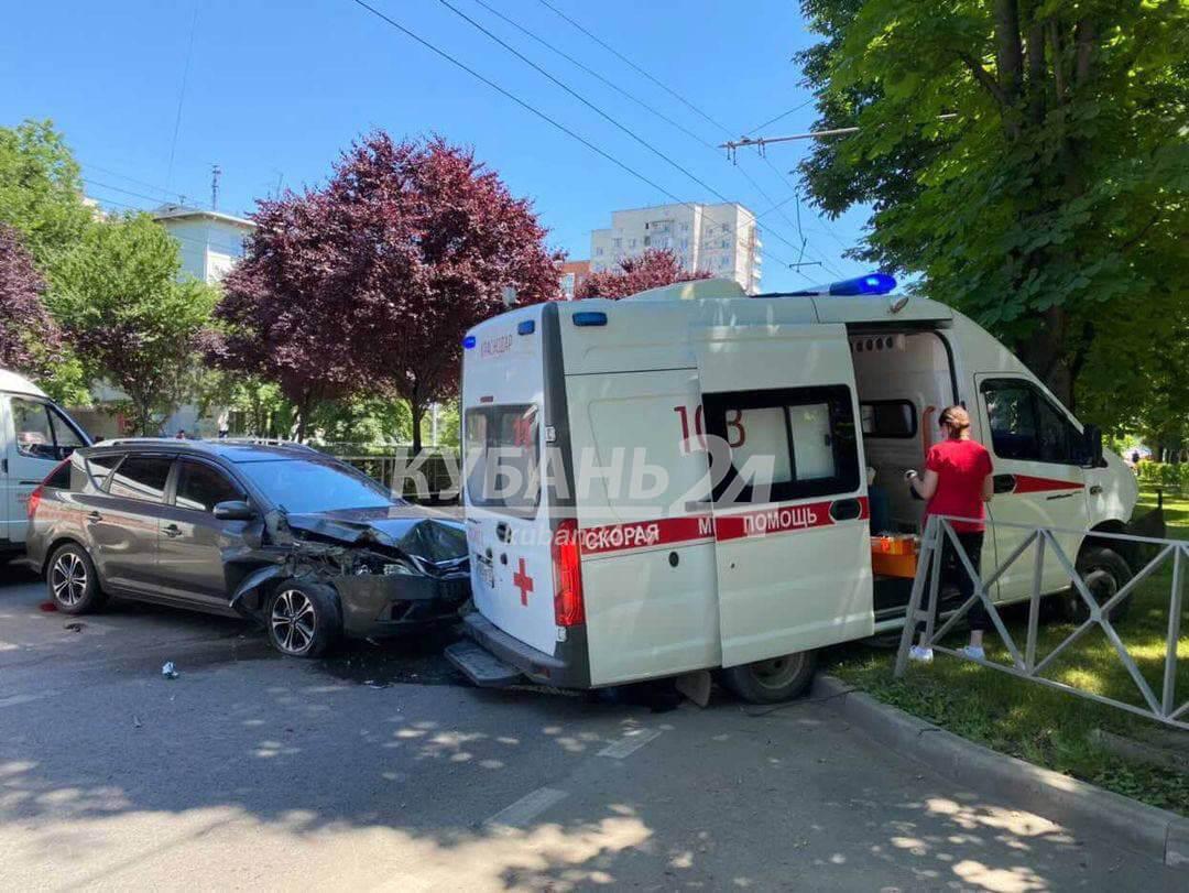 В Краснодаре скорая помощь во время ДТП сбила ограждение и врезалась в дерево