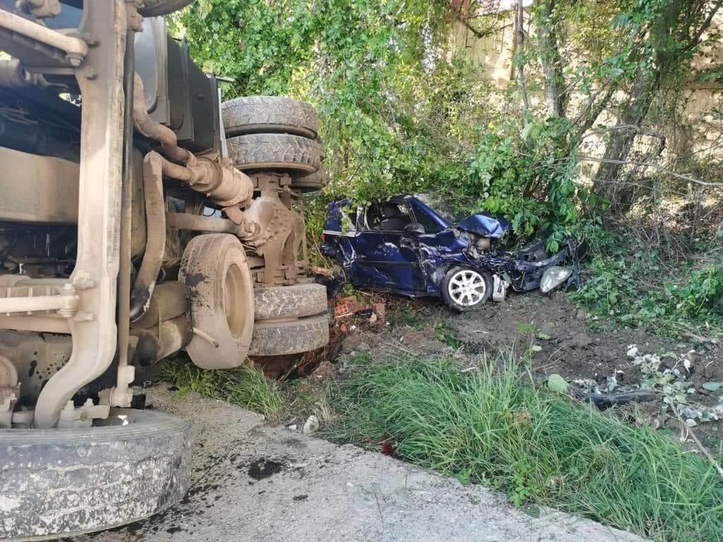 В Сочи автомиксер опрокинулся на крутом подъеме и повредил 4 машины