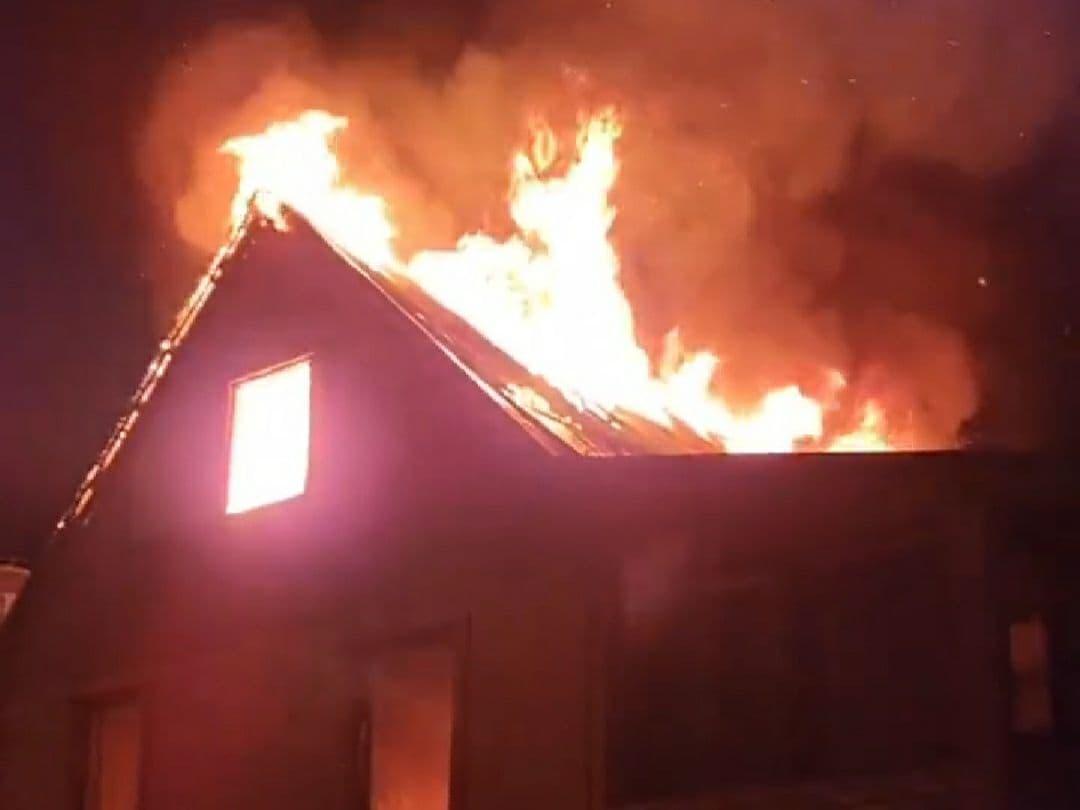 В Анапе ночью загорелся двухэтажный частный дом на улице Мирной