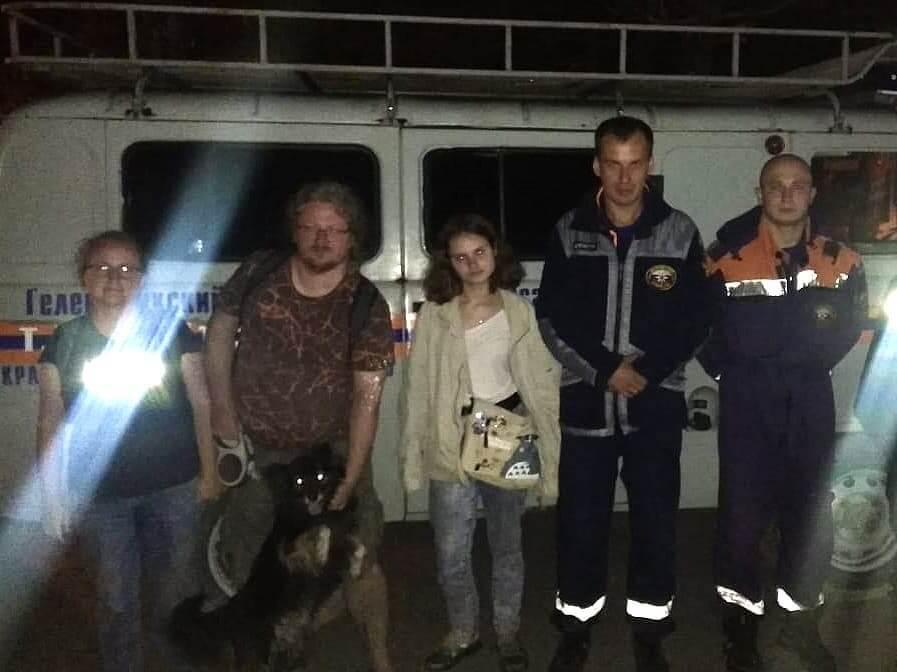 На Кубани спасатели эвакуировали с горы семью, чья машина застряла в грязи