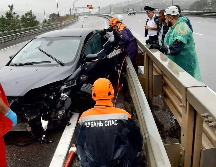 В Сочи спасатели деблокировали водителя, зажатого в машине после ДТП