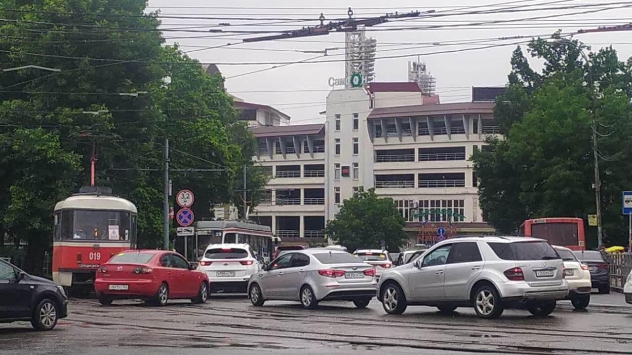 В Краснодаре из-за подтопления во время проливного дождя остановились трамваи