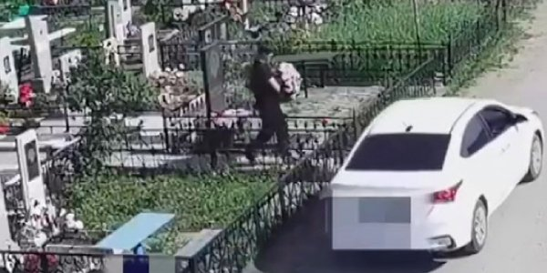 Кубанец срезал цветы на динском кладбище и продал их в Краснодаре