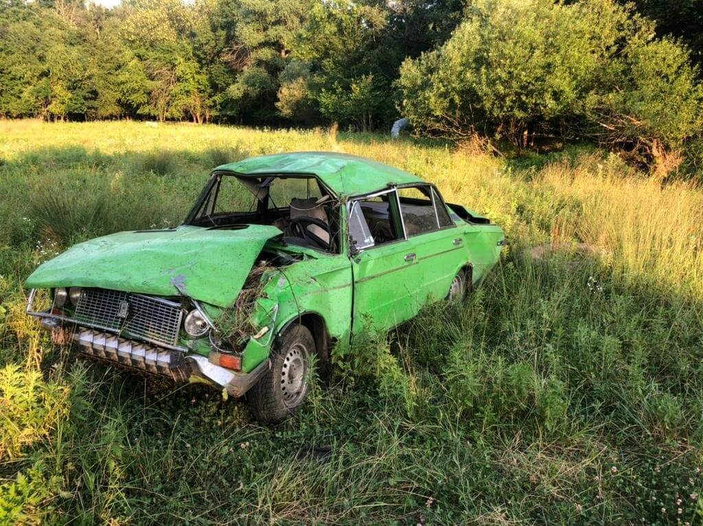 В Апшеронском районе пьяный водитель перевернулся в поле на «шестерке»