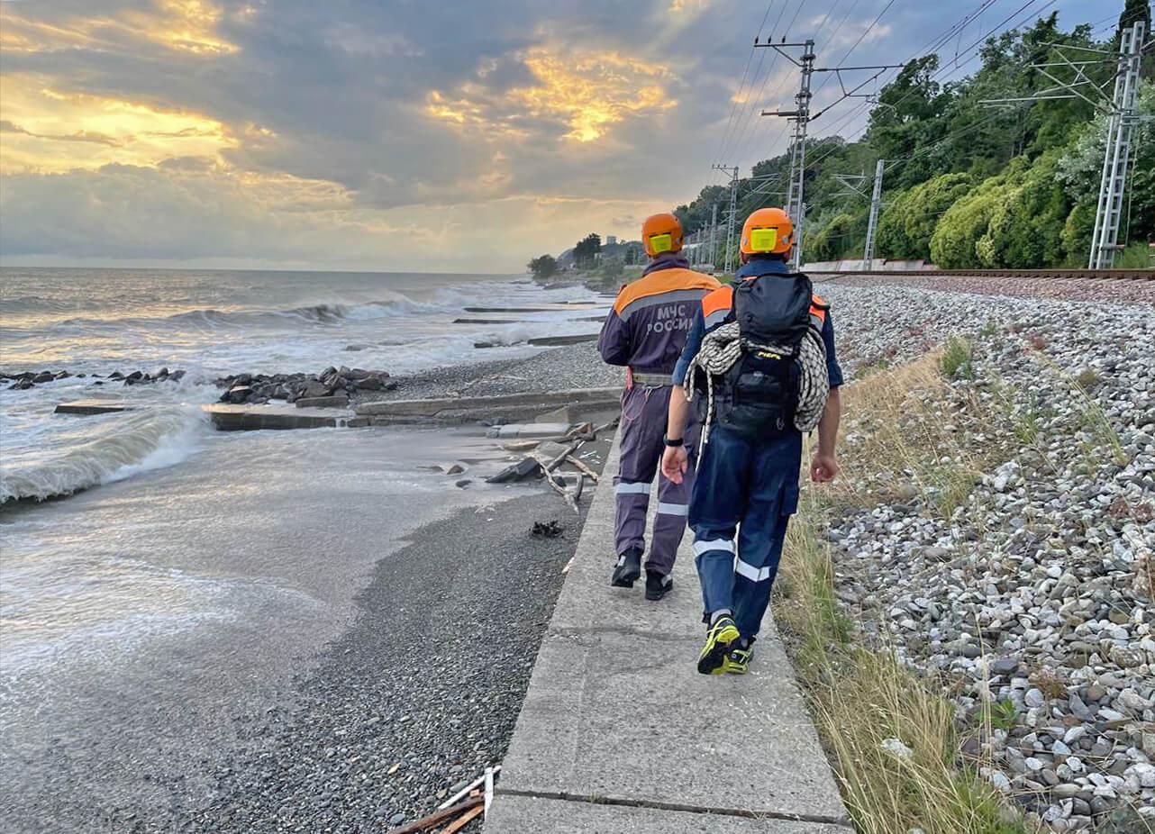 В Сочи спасатели третий день ищут мужчину, пропавшего в акватории Черного моря