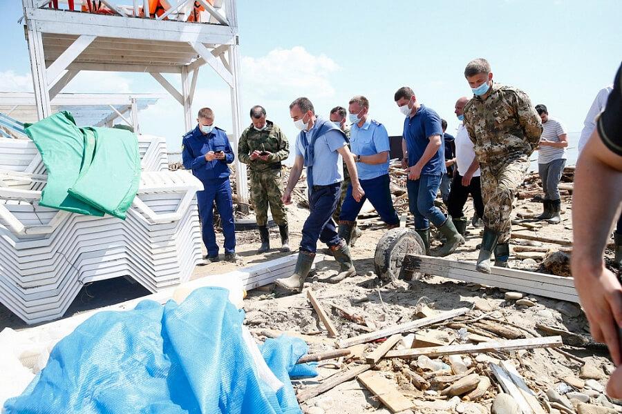 Кондратьев поручил ускорить уборку пляжей в Туапсинском районе