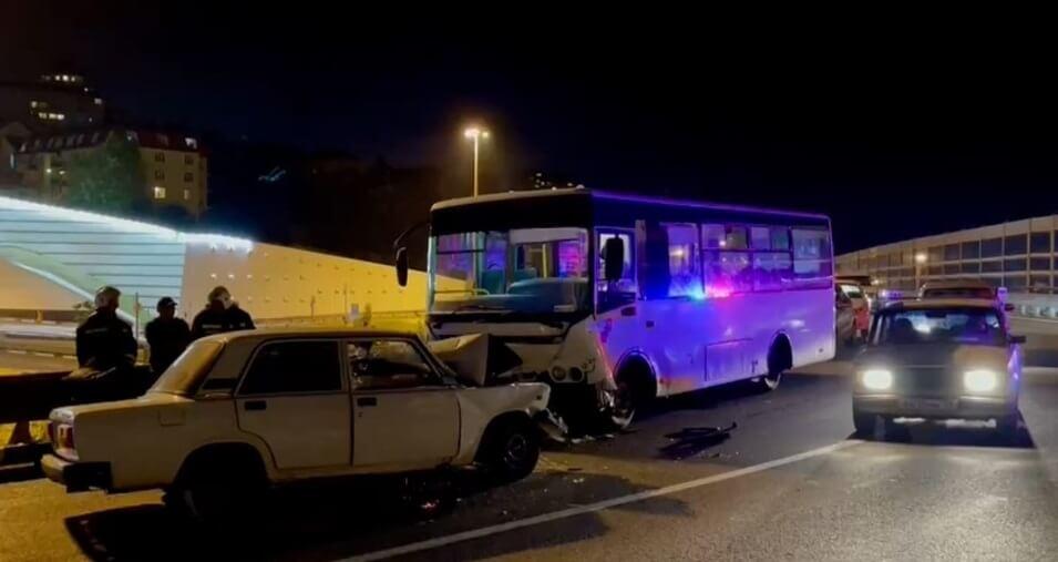 В Сочи в ДТП с пассажирским автобусом № 83 пострадали шесть человек