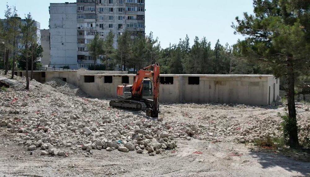В Геленджике снесли два недостроенных многоквартирных дома