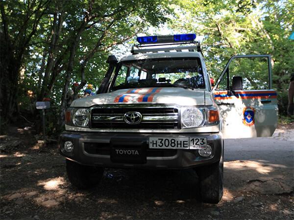 В Сочи спасатели на носилках вынесли из леса травмированную туристку