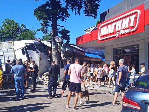 В Туапсинском районе неуправляемый грузовик врезался в торговые павильоны