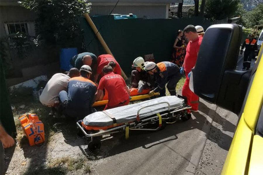 Эвакуировать пострадавших из попавшего в ДТП автобуса в Сочи пришлось спасателям