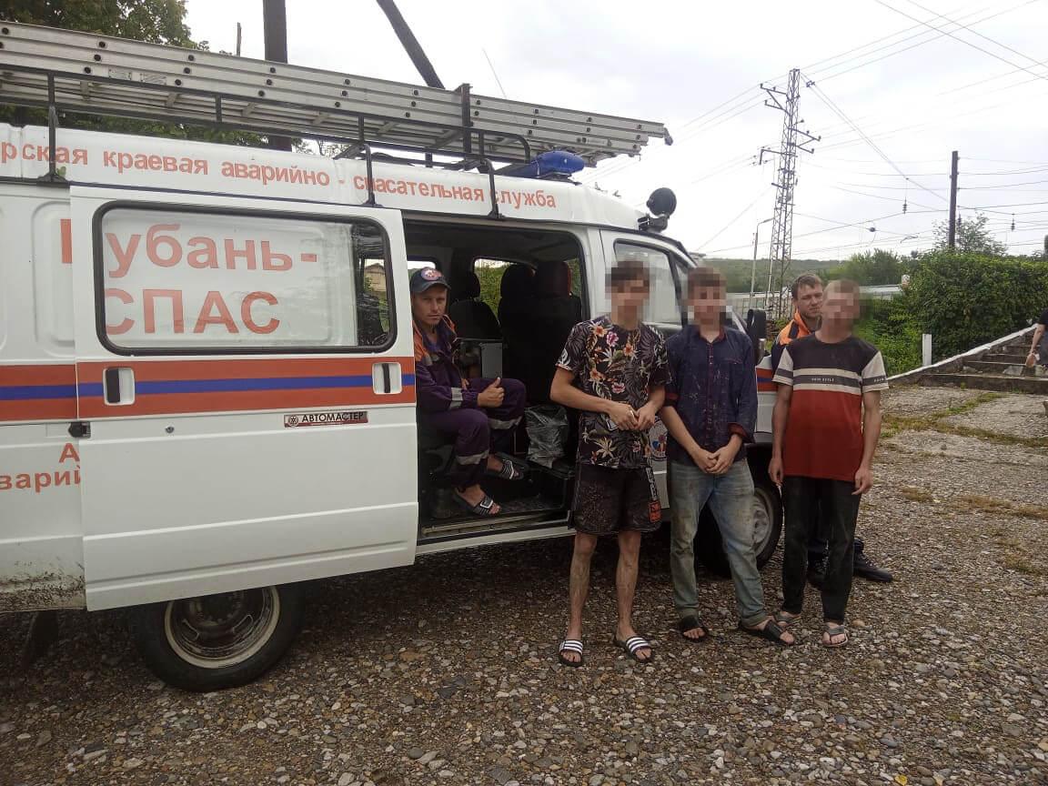 На Кубани пять молодых людей на «десятке» застряли в лесу, им помогли спасатели