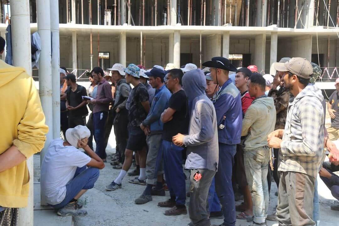 В Анапе во время рейда обнаружили более 100 нелегальных мигрантов на стройке