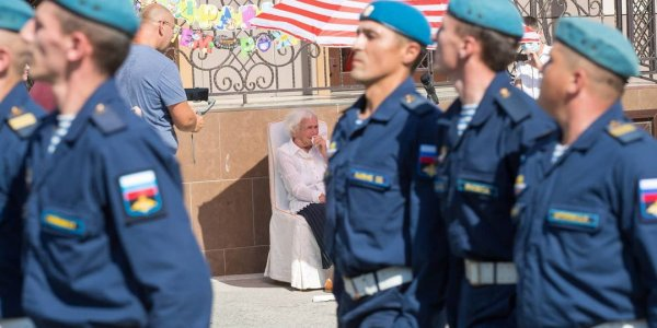 В Анапе ветерана войны поздравили со 100-летним юбилеем парадом у дома
