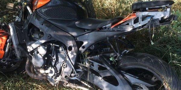 В Курганинском районе 26-летний мотоциклист врезался в дерево и погиб на месте